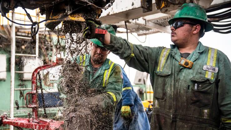 Công nhân làm việc trên một mở dầu ở Texas, Mỹ - Ảnh: Getty/CNBC.